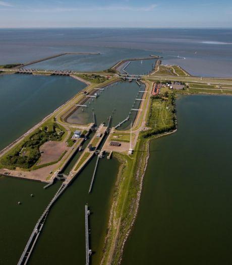 Storing bij brug over Lorentzsluis in A7, grote file op Afsluitdijk