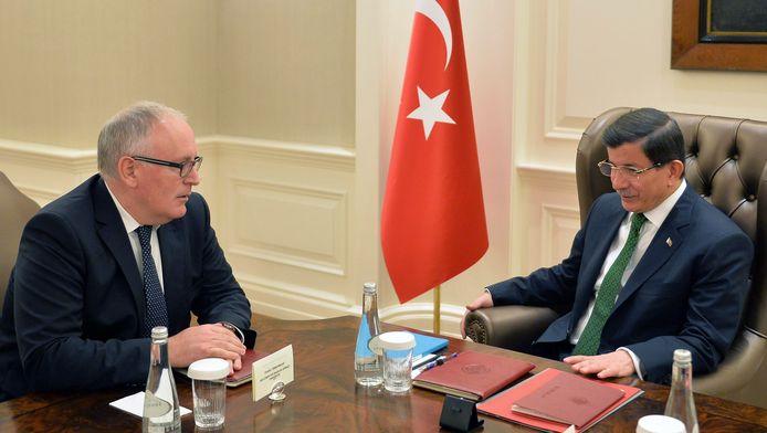 Frans Timmermans en de Turkse premier Ahmet Davutoglu afgelopen oktober.