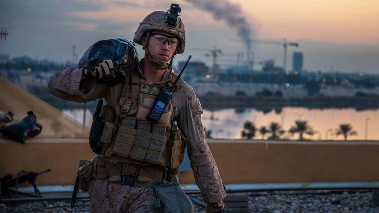 Een Amerikaanse militair draagt een zandzak in de Iraakse hoofdstad Bagdad. Als Irak doorzet, dan moeten de Amerikaanse militairen over een jaar het land uit.   Beeld AP