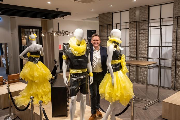 Eigenaar Johan de Vries van modezaak Kuijt in Epe gaat opnieuw uitbreiden. De winkel neemt na de verbouwing nagenoeg de hele Markthal in beslag.