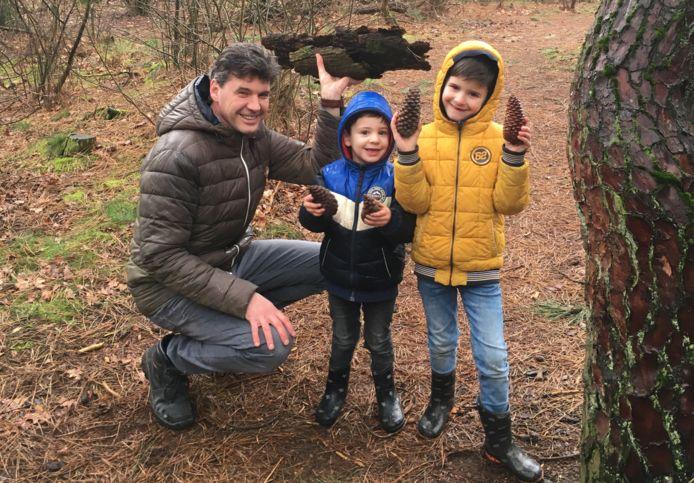 Bart-Jeroen Overveld met zijn twee zoontjes in het bos op zoek naar inspiratie voor de kersttaart.