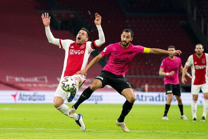 Dusan Tadic gaat schreeuwend naar de grond na een duel met FC Utrecht-verdediger Mark van der Maarel.
