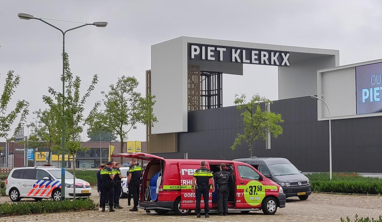 Piet Klerkx Waalwijk : Gehuurd busje vol drugsvaten gevonden op parkeerplaats in waalwijk