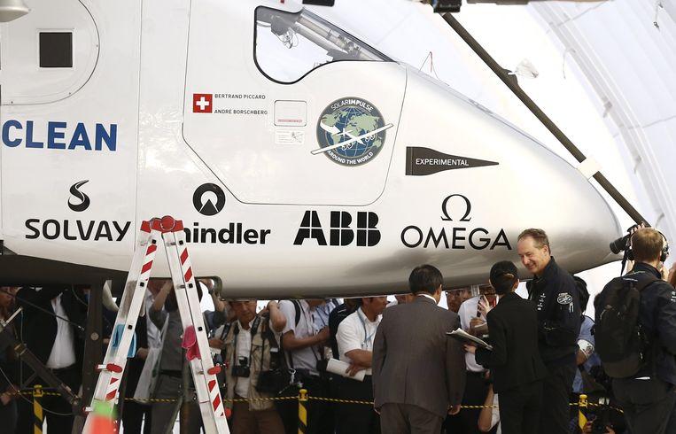 Piloot Andre Borschberg (tweede rechts) bij de Solar Impulse. Beeld REUTERS
