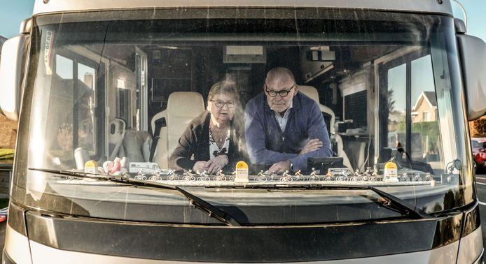 Marc Debaveye en Vivianne Rogolle moeten hun mobilhome noodgedwongen op de oprit laten staan.