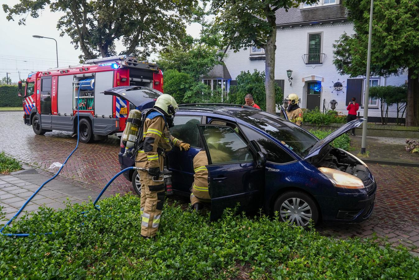 De auto vloog al rijdend in brand.