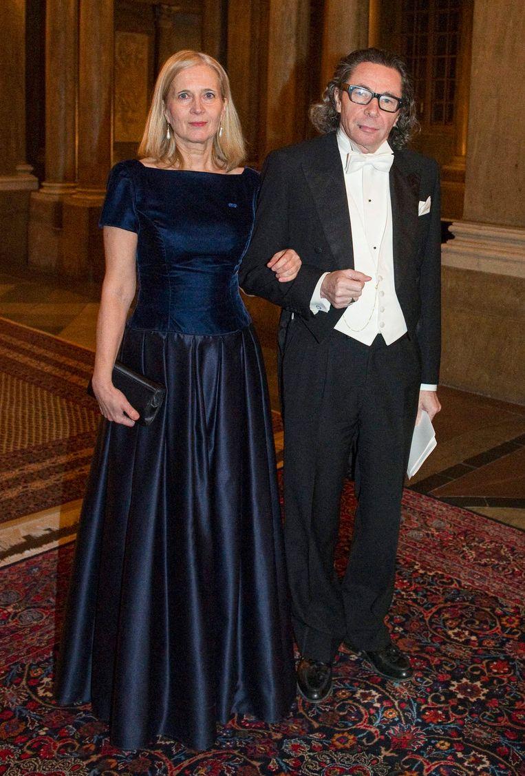 Katarina Frostenson en Jean-Claude Arnault in 2011, bij het Nobeldiner met de koning. Ze profileerden zich als machtig koppel. Alsof ze het laatste bastion van de hoge kunsten waren.  Beeld AFP