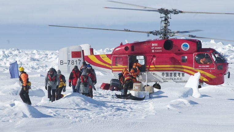 De helikopter van het Chinese schip Snow Dragon zet de geredde opvarenden af in de buurt van de Aurora. Beeld epa
