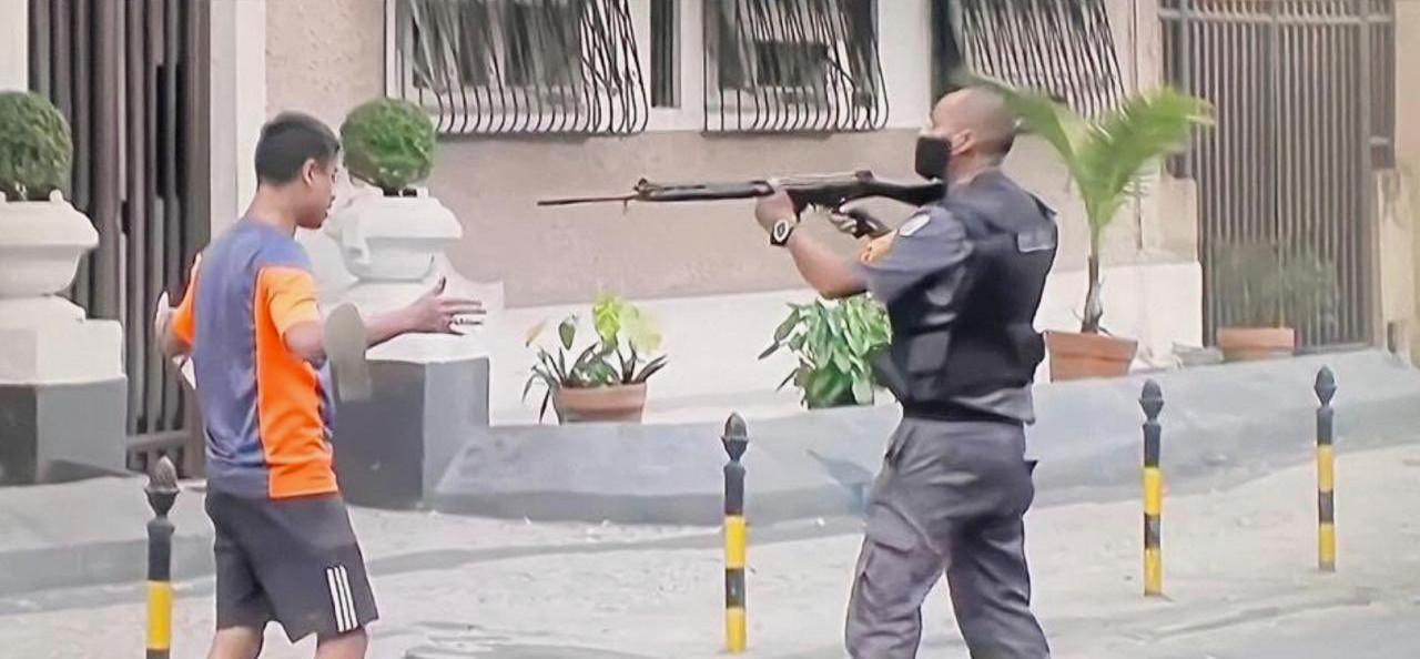 In Rio de Janeiro trekt een agent zijn geweer tegen een manifestant.