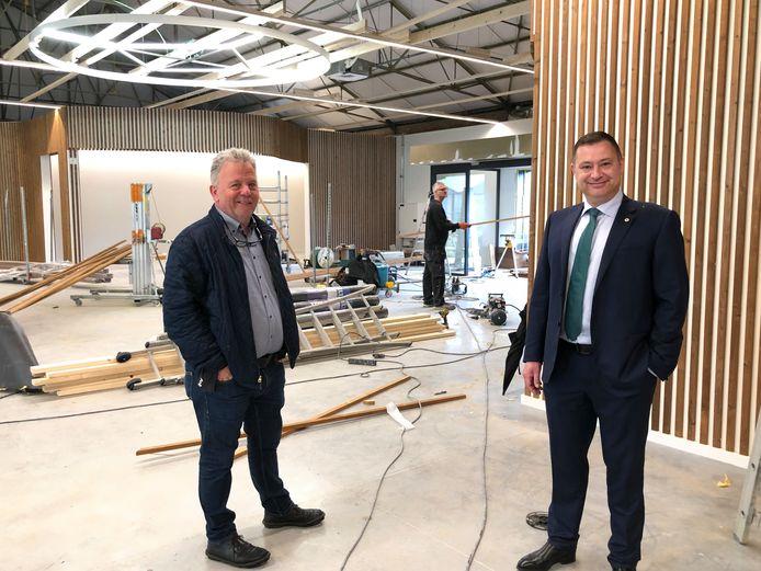 AGB-voorzitter Johnny Reweghs  en burgemeester Peter Reekmans in de loods waar men volop aan de opbouw is van het pop-up postrevalidatiecentrum.