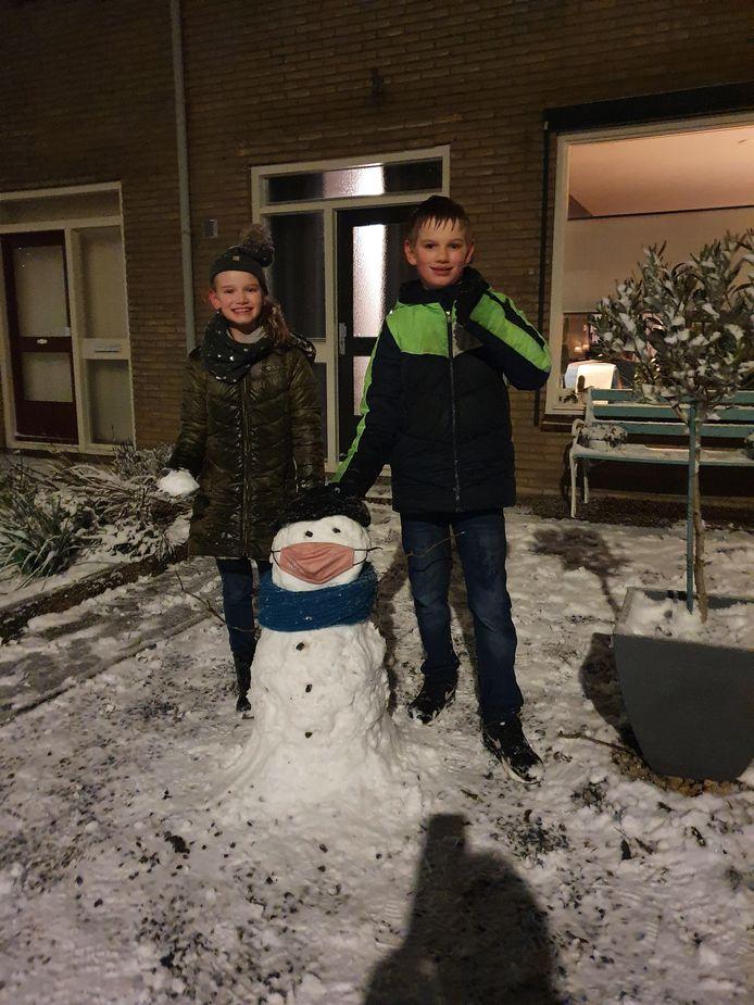Zo bouw je snel een sneeuwpop in Ophemert.
