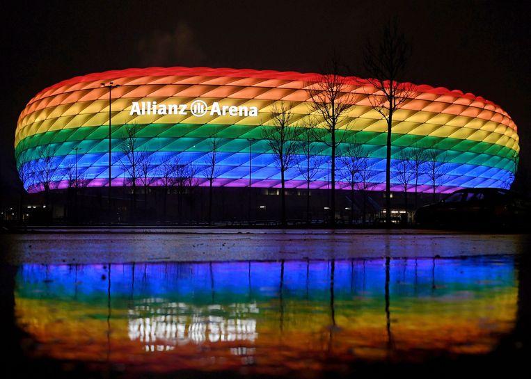 De UEFA verbiedt om bij de wedstrijd tussen Duitsland en Hongarije de Allianz Arena te laten verlichten in de kleuren van de regenboog,  het symbool van seksuele en genderdiversiteit. Beeld Pool via REUTERS