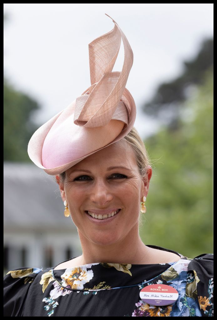 Zara Tindall koos dan weer voor een roze exemplaar met grote strik
