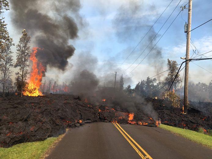 De lava die uit de Kilauea-vulkaan naar beneden stroomt, heeft al tientallen huizen verwoest.