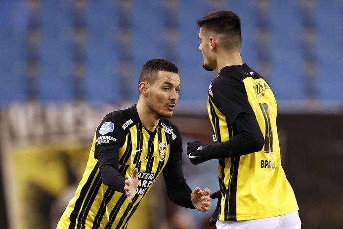In de aanval kondigt zich een wissel aan. Oussama Darfalou (links) lijkt tegen PSV de voorkeur te krijgen boven Armando Broja (rechts).