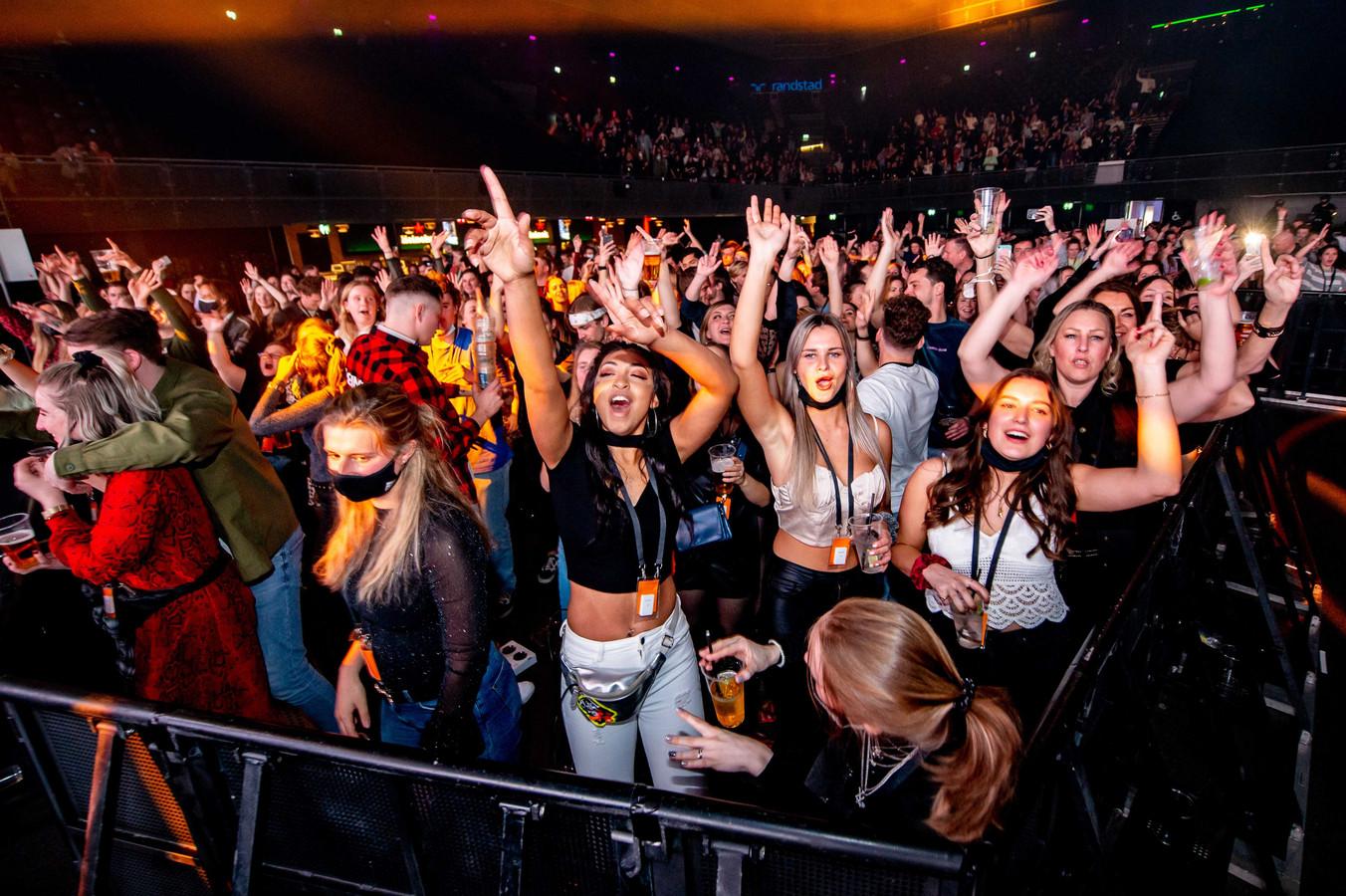Dansende bezoekers van een dance event in Ziggo Dome. Tijdens een reeks evenementen onderzoekt Fieldlab hoe grote groepen mensen bijeen kunnen komen in coronatijd.