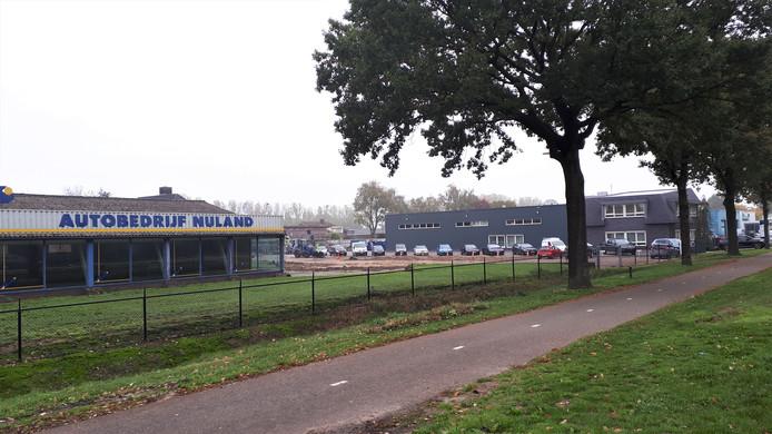 Een van de opstallen van Autobedrijf Nuland is al gesloopt. Rechts kantoren en hallen van Timmermans.