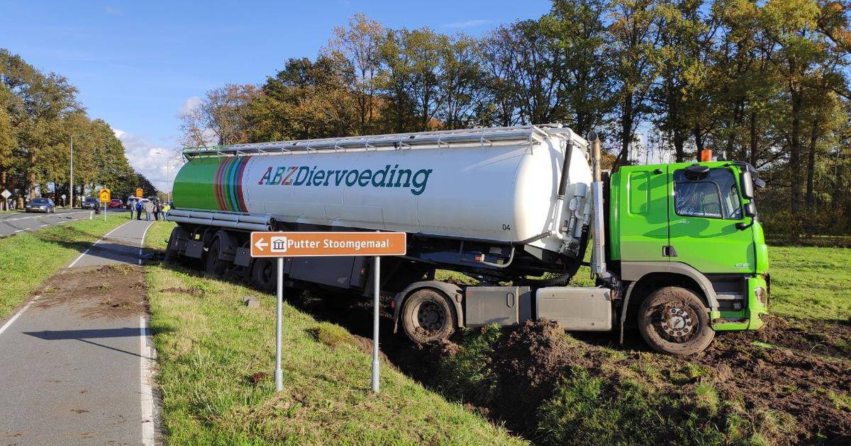 Vrachtwagen belandt in sloot na botsing in Putten.