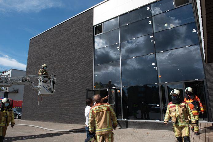 De brandweer controleert de glaspartij.