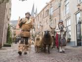 Dickens de eerste dag: blije gezichten alleen Scrooge moppert over 'Al die Duitsers' in z'n straat