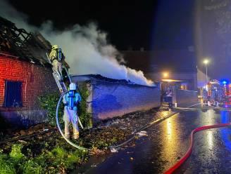 Zware schuurbrand in Delestraat moeilijk te doven door sterke wind
