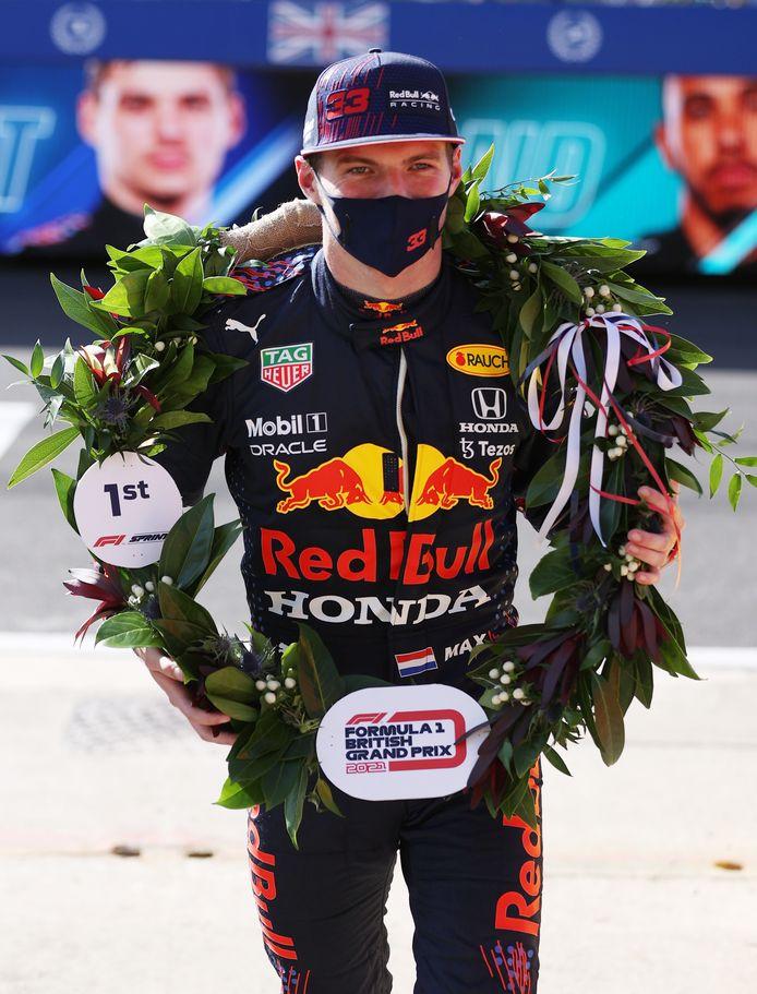 Max Verstappen kreeg een speciale krant voor het winnen van de eerste sprintrace ooit.