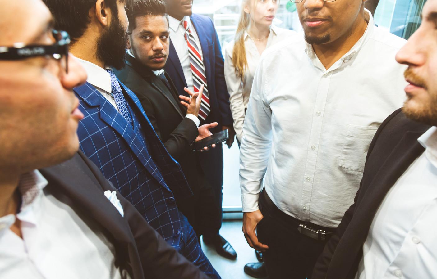 Foto ter illustratie: urenlang vastzitten met collega's in een lift. Wat doet dat met de onderlinge verhoudingen?