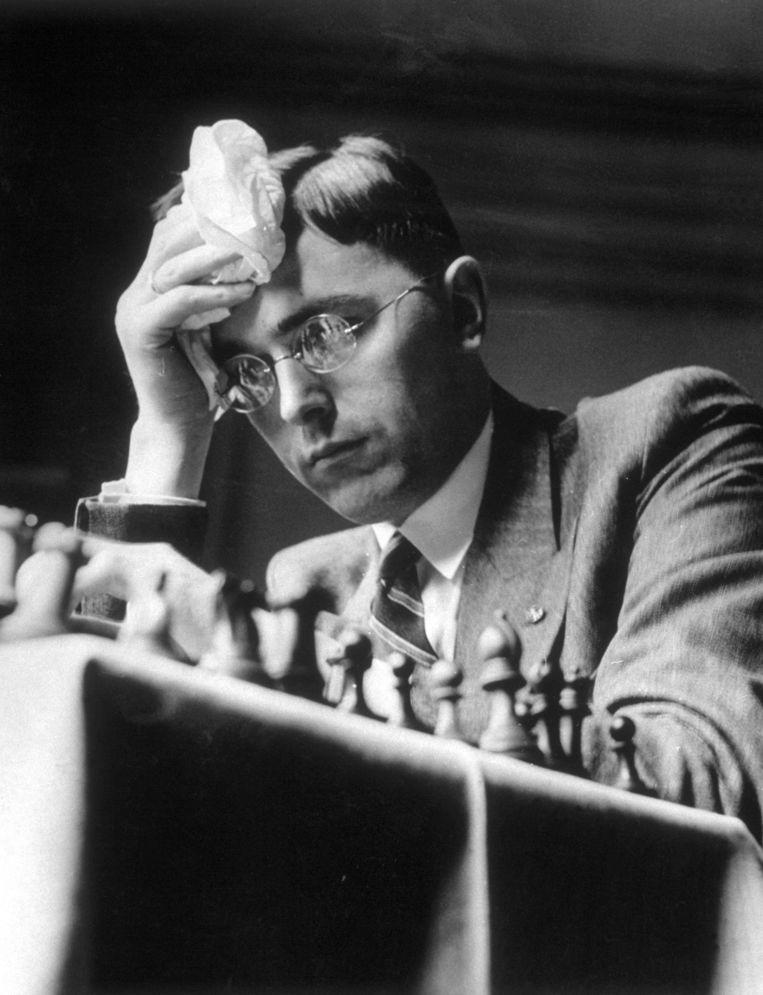 Max Euwe in 1936, als wereldkampioen de te kloppen tegenstander op het toernooi van Nottingham. Beeld Getty Images