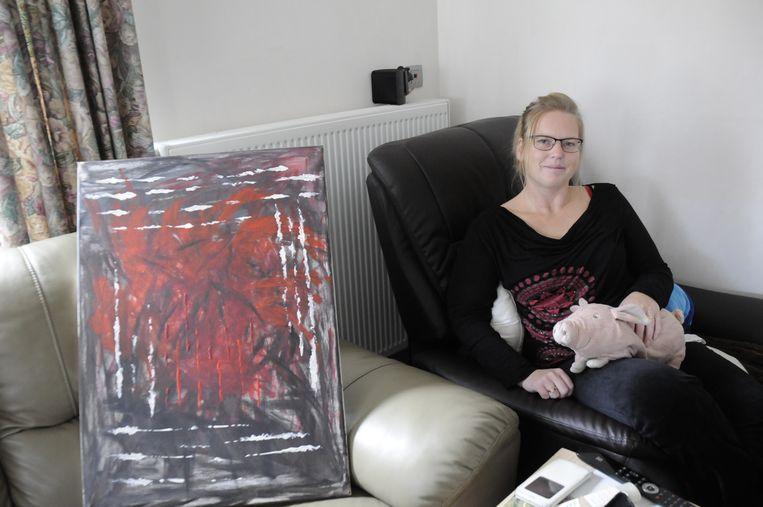 Kelly schildert om haar emoties kwijt te geraken. Haar roze varkentje neemt ze altijd mee naar het ziekenhuis.