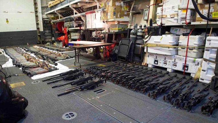 Archieffoto van Amerikaans schip in de Arabische zee die wapens heeft onderschept die volgens de Amerikanen van Iran op weg waren naar Jemen. Beeld AP