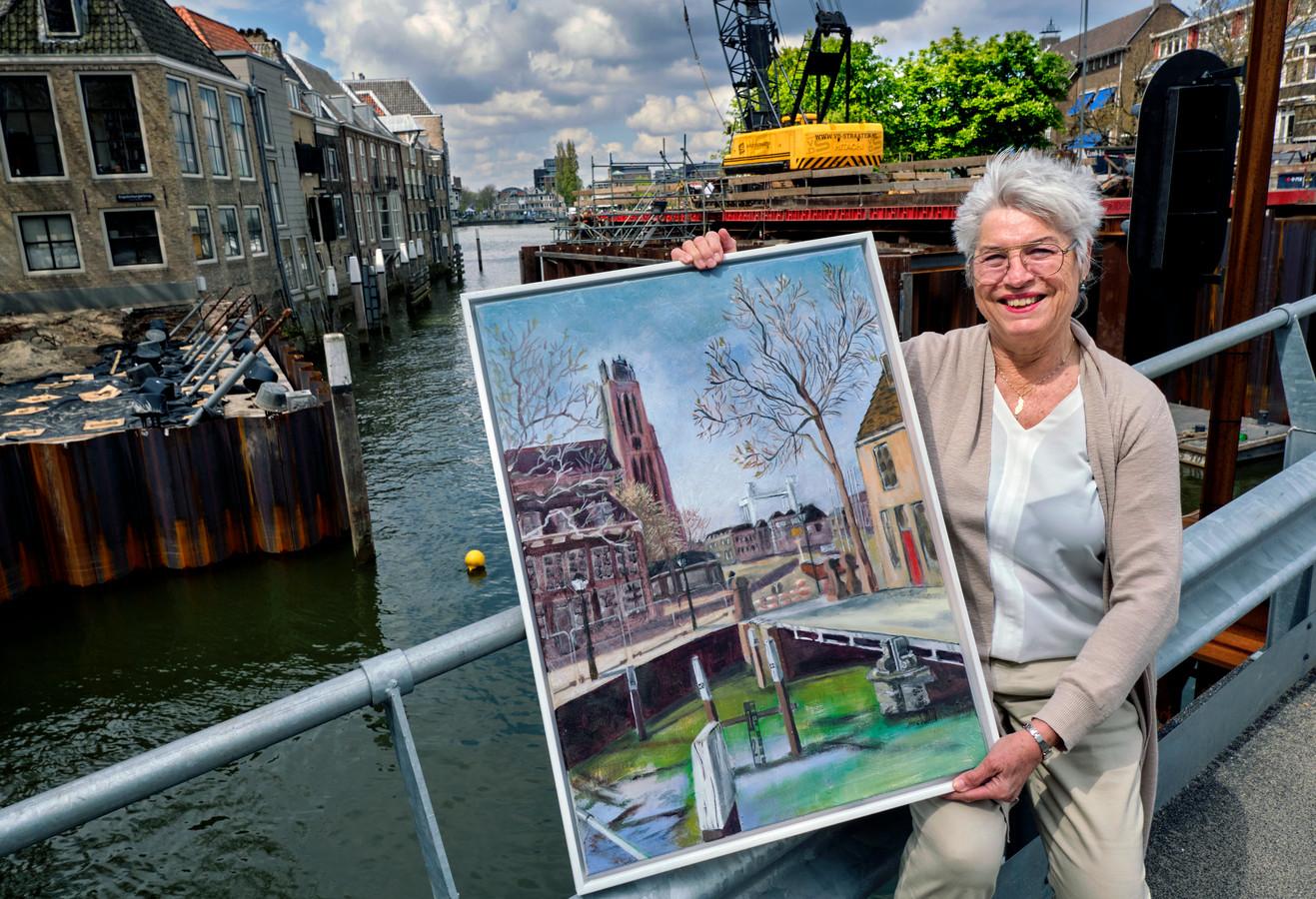 Bikkel de Haan met het schilderij dat ze gaat veilen, waar onder meer de Engelenburgerbrug op staat.