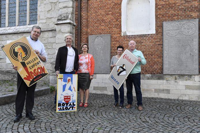 Vlnr.: Rik Vermeir, Jan Troch, Karine Van Hove, Christ Bourgeois, Luc Van Driessche van de oudheidkundige kring met typische reclameborden van de brouwerijen Wagon, Van Roy en Callebaut.