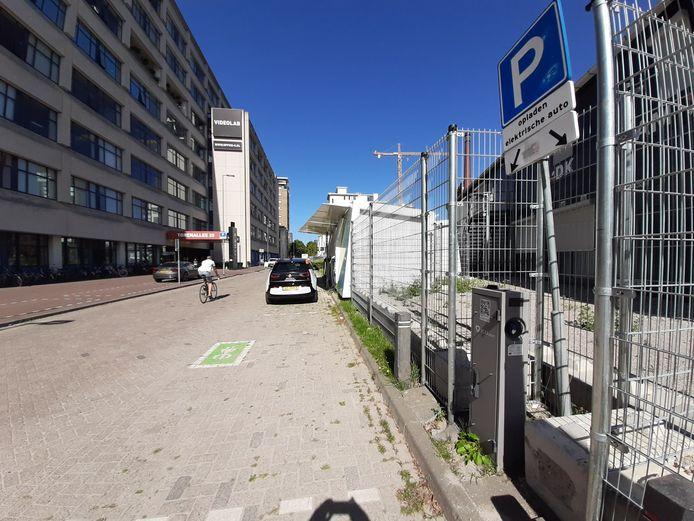 Een openbare laadpaal en de batterij met opladers van de elektrische deelauto's van Amber op Strijp-S. PvdA-raadslid Arnold Raaijmakers vreest wildgroei van laadpalen nu het elektrisch rijden explodeert.