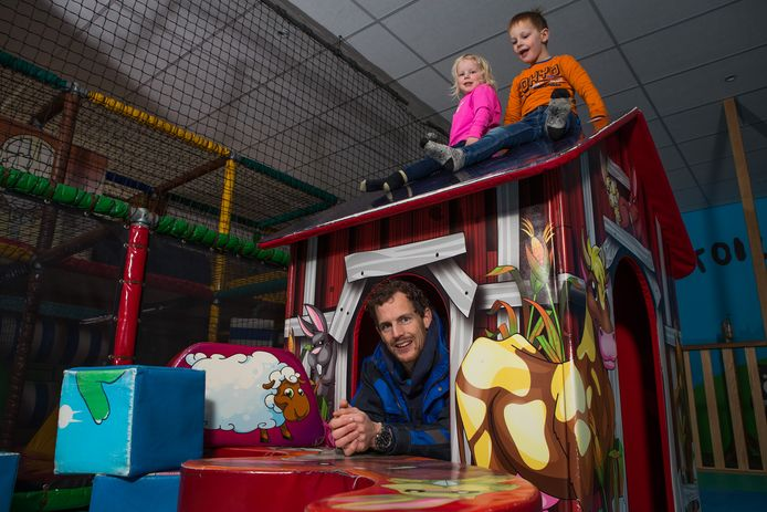 Erwin Pronk, eigenaar van Speelpark de Flierefluiter samen met kinderen Rodin en Vesper in de speelschuur.