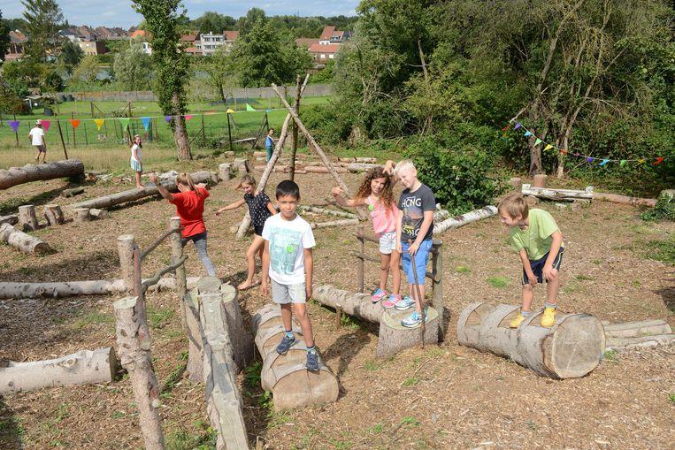 Kinderen ravotten in het Warandepark tijdens de Warandedag.