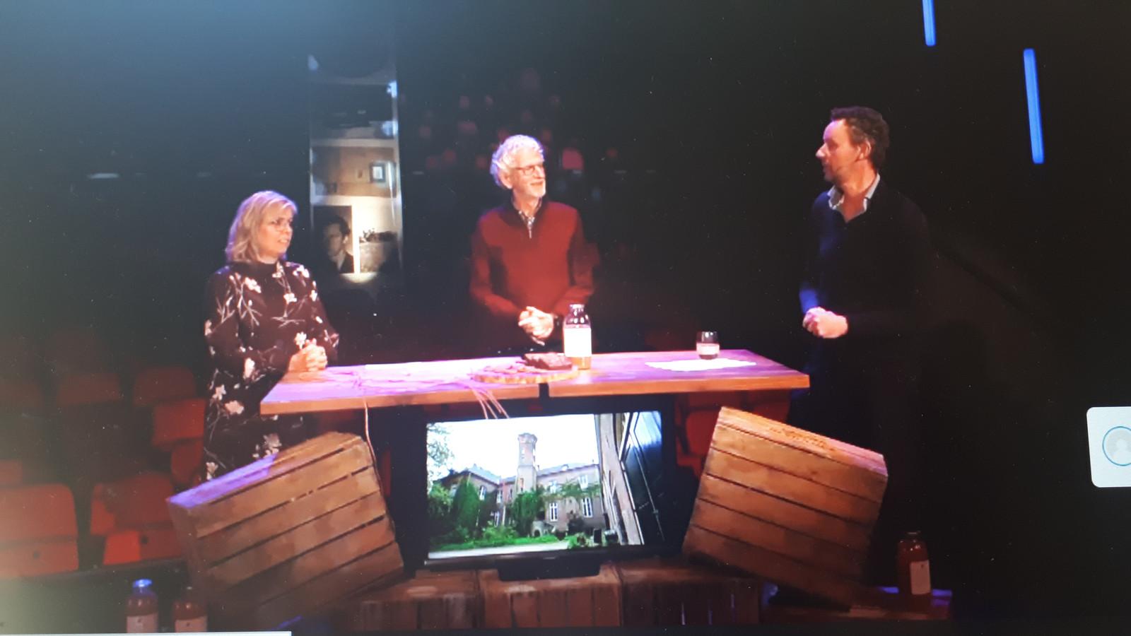 Vlnr Anja van Norel, directeur van landgoed Huis Sevenaer, Martien Op 't Hart en Olaf Klaassen, beide van de werkgroep film, zaterdag tijdens de online première van de film over Huis Sevenaer.