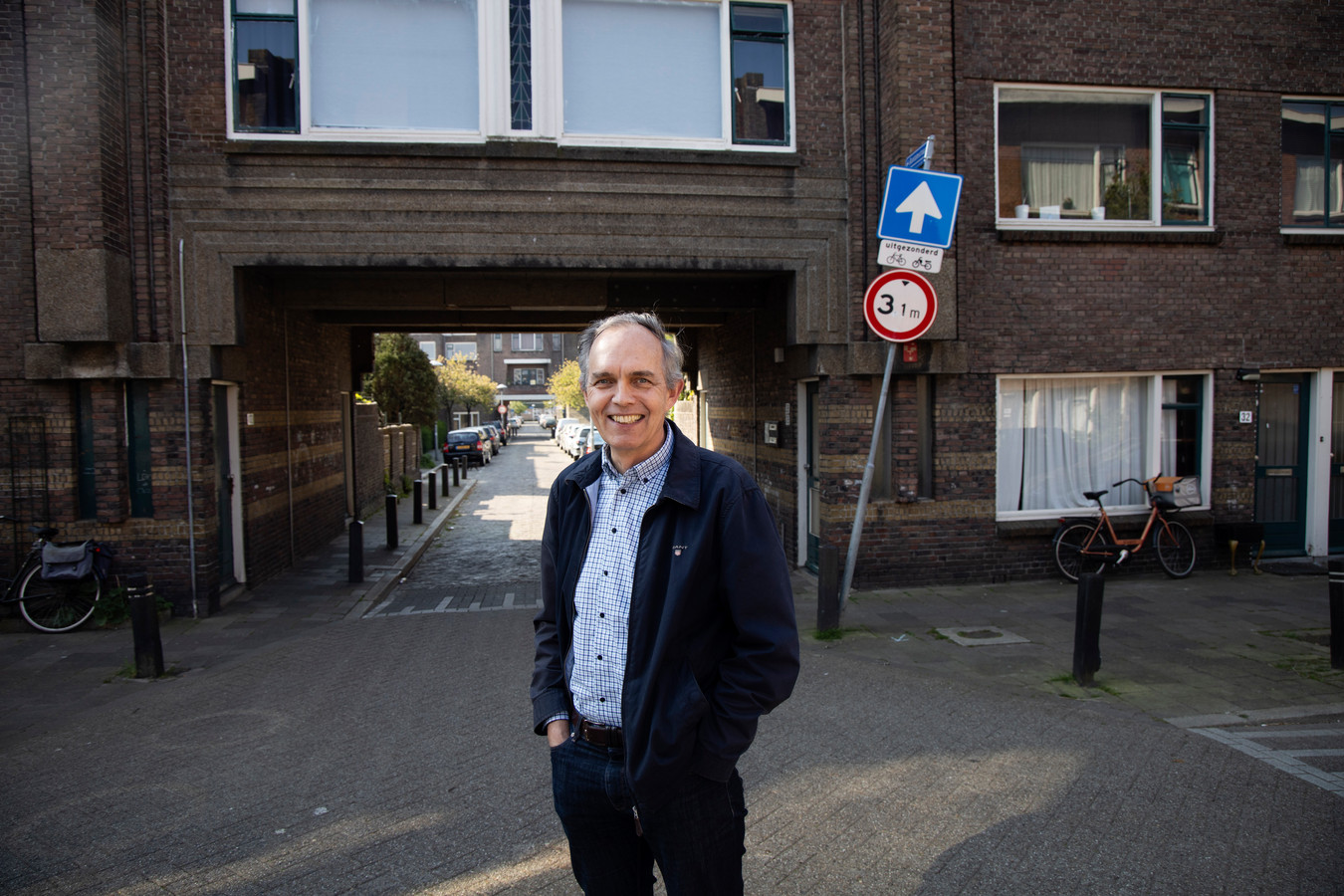 """Paulus Jansen bij een karakteristiek sociaal huurcomplex in de Utrechtse wijk Lombok. """"Het is allemaal uitgekomen wat ik bijna tien jaar geleden voorspelde."""""""