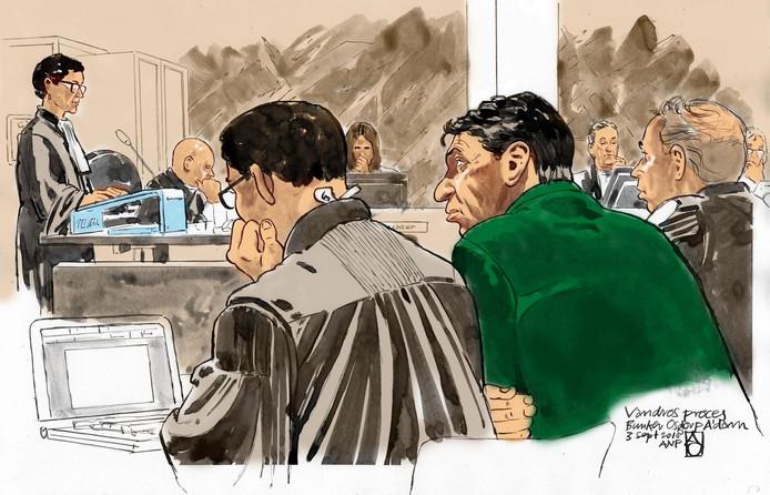 Rechtbanktekening met (vlnr) officieren van justitie Sabine Tammes en Lars Stempher, advocaat Robert Malewicz, Willem Holleeder en advocaat Sander Janssen, tijdens de strafzaak.