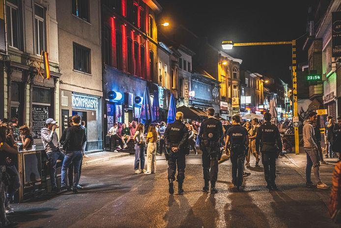 De Overpoort loopt elke dag aardig vol. De politie patrouilleert ook avond na avond.