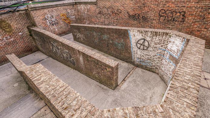 De huidige fietsdoorsteek naast de rechter Broeltoren is niet handig aangelegd, door de haarspeldbochten in het traject. Het is ook een vuil hoekje nu, met veel graffiti.
