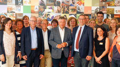 Minister onthult fotomuur van Sociaal Huis
