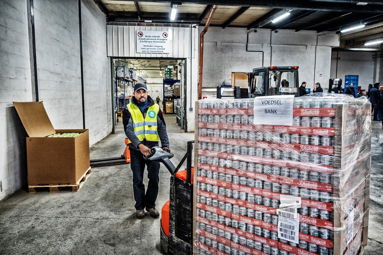 Verdeling van voedingswaren in het verdeelcentrum van de Voedselbanken in Neder-Over-Heembeek. Beeld Tim Dirven