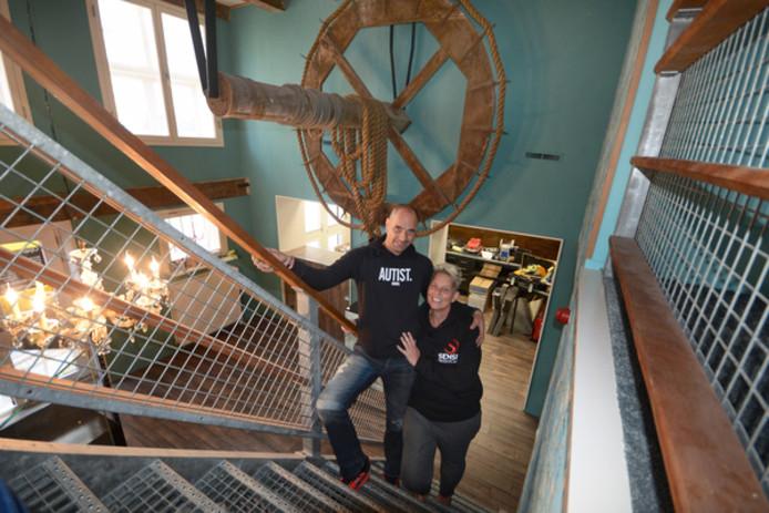 Ariën en Mirjam van Oord in hun nieuwe winkel in de Meelstraat in Zierikzee. De houten takel herinnert aan de meelfabriek die er vroeger zat.