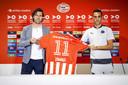 John de Jong met Eran Zahavi, bij de presentatie van de Israëliër. De technisch directeur van PSV groeit steeds verder in zijn rol, zo is het gevoelen binnen PSV.