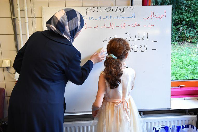 Vluchtelingenkinderen krijgen les Arabisch op een Rotterdamse weekendschool. Beeld Hollandse Hoogte / Marcel van den Bergh