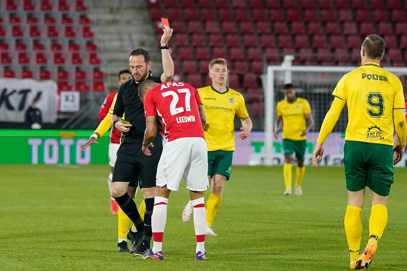 AZ-speler Ramon Leeuwin krijgt rood tegen Fortuna Sittard.