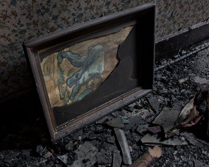 Voor haar serie 'Het Huis' uit 2012 fotografeerde Karin Borghouts haar ouderlijk huis na een brand. In de zwart geblakerde resten trof ze de reproductie van De Maaier van Van Gogh die zolang ze zich herinnerde in het huis hing
