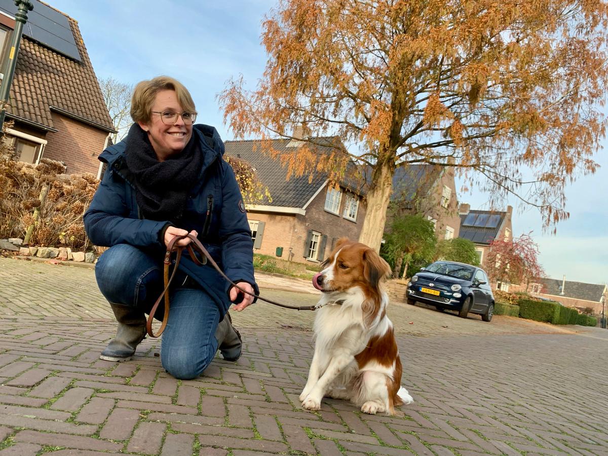 Anneke Dankers wandelt graag met haar kooikerhondje Toby door haar lieve stadje Asperen.