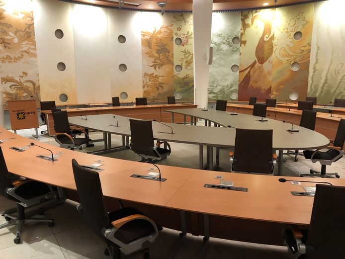 De raadszaal in Uden is voor zo'n 30.000 euro verbouwd om coronaproof te kunnen vergaderen, zie de extra binnenring. Tot nu toe is daar nog geen gebruik van gemaakt, tot ergernis van de Udense politiek.