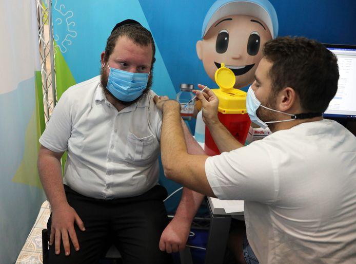 Un homme se fait vacciner en Israël.
